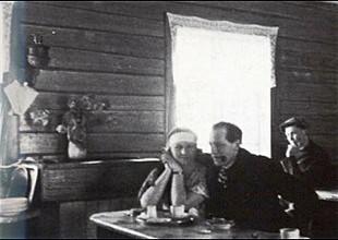 Rolf Nesch med kaffejenta på Kaffistova i Sørvågen.