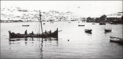 Åttringen ror inn på havna i Kræmmerviken.