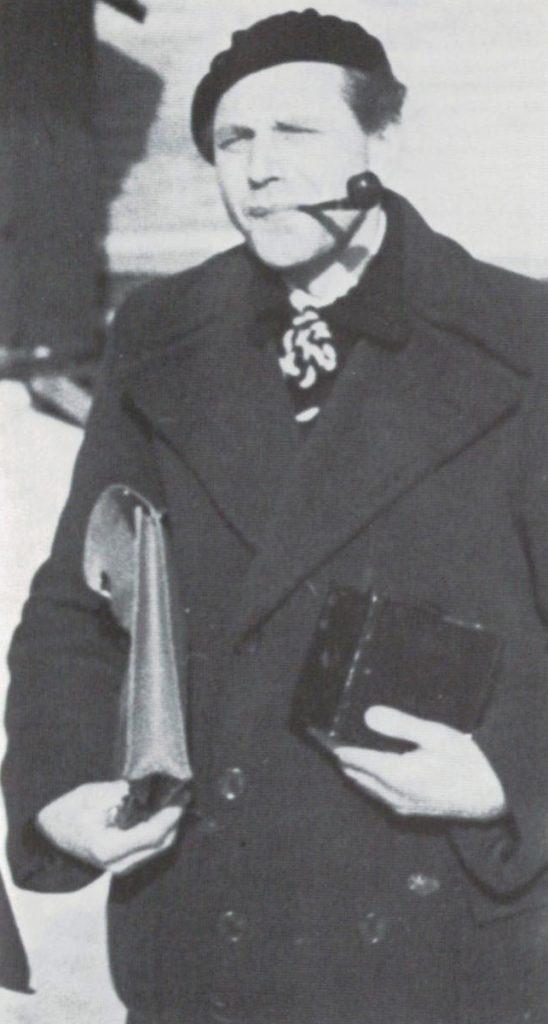 Rolf Nesch med fotografiapparat og vesken med radérsaker.