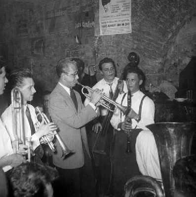 """Die Frankfurter """"Two-Beat-Stompers"""" und Carlo Bohländer (tp) sowie Emil Mangelsdorff (cl) Mitte der 50er Jahre im Frankfurter Jazzkeller, der damals noch """"domicile du jazz"""" hieß."""