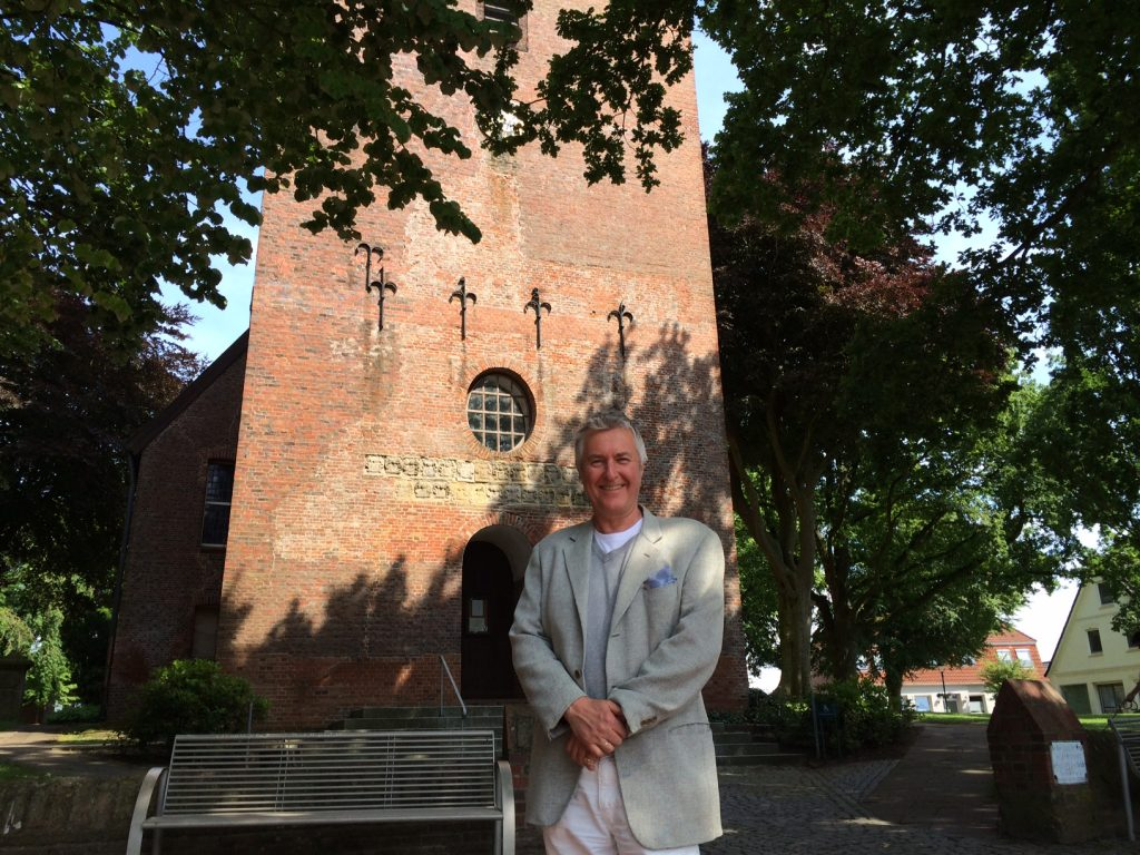 The chronicler in front of the Church St. Jacob the Elder, Lüdingworth, 2014.